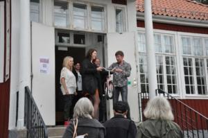 Johanna Odö, kommunalråd i Norbergs kommun, inviger Konst åt alla i Karbenning
